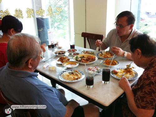 Family having lunch~